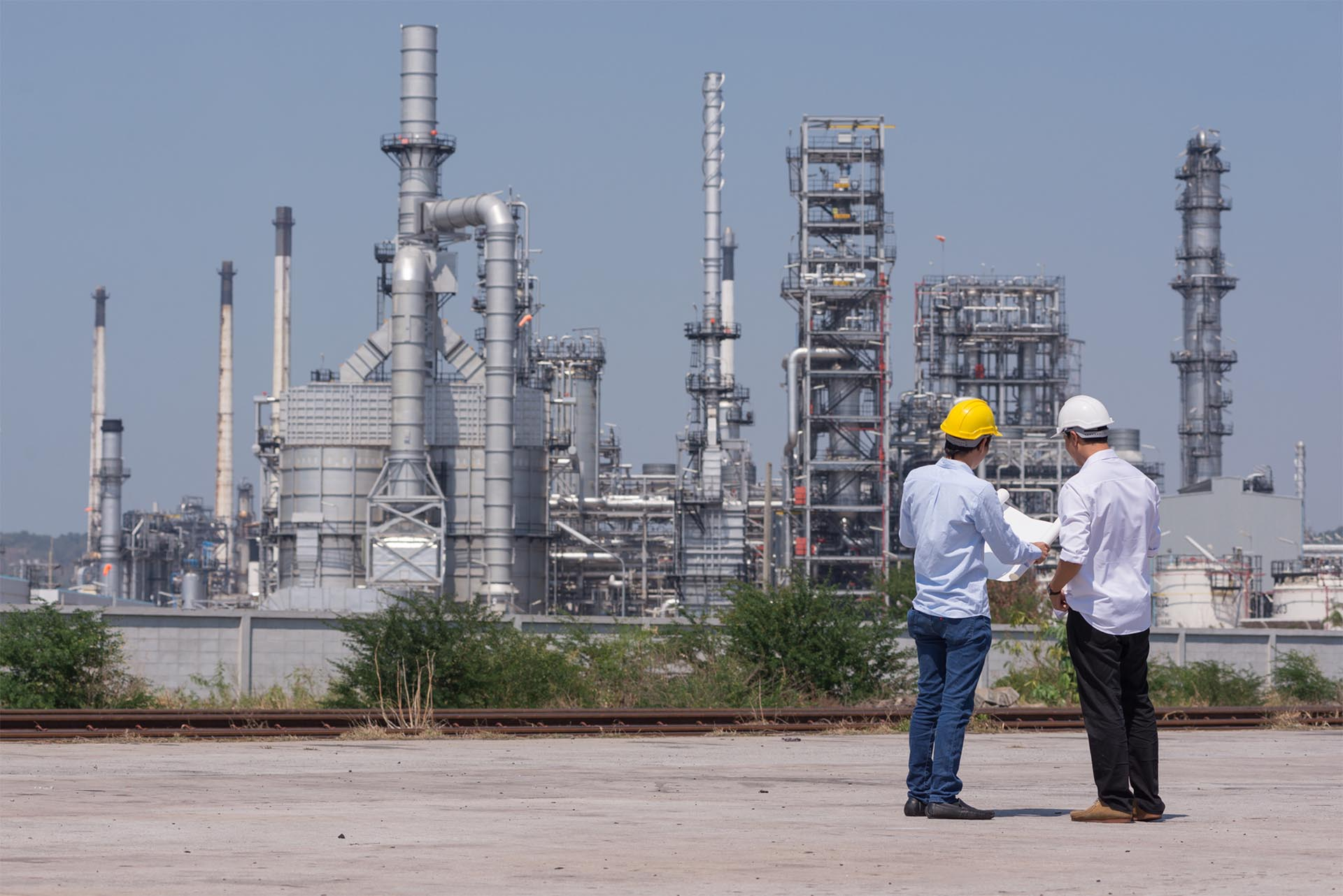 2 engineers discussing heat recovery options at an oil refinery